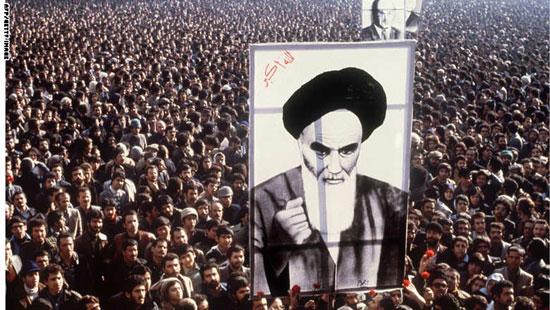 متظاهرون إيرانيون يحملون صورة الإمام الخمينى فى تظاهرة بطهران ضد الشاه يناير 1979