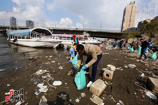 وزيرة البيئة تطلق حملة لتنظيف نهر النيل من المخلفات خاصة البلاستيكية (35)