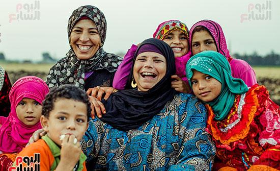ضحكة صافية من القلب لسيدة مصرية وأبنائها