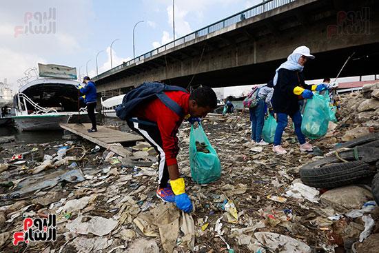 وزيرة البيئة تطلق حملة لتنظيف نهر النيل من المخلفات خاصة البلاستيكية (42)