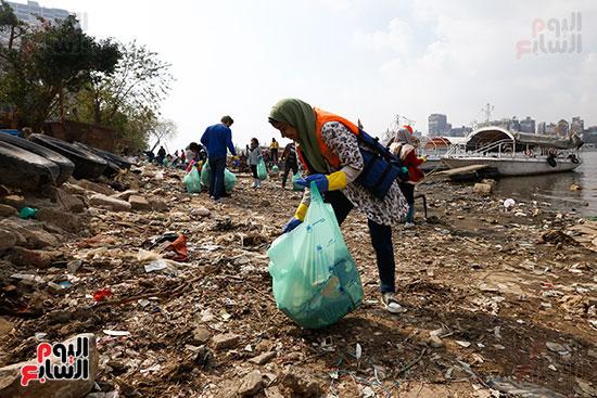 وزيرة البيئة تطلق حملة لتنظيف نهر النيل من المخلفات خاصة البلاستيكية (48)