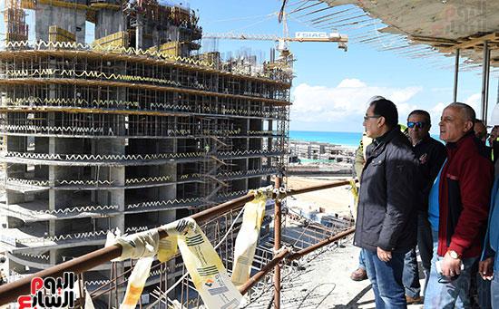 رئيس الوزراء يتفقد المشروعات التنموية بمدينة العلمين الجديدة (8)