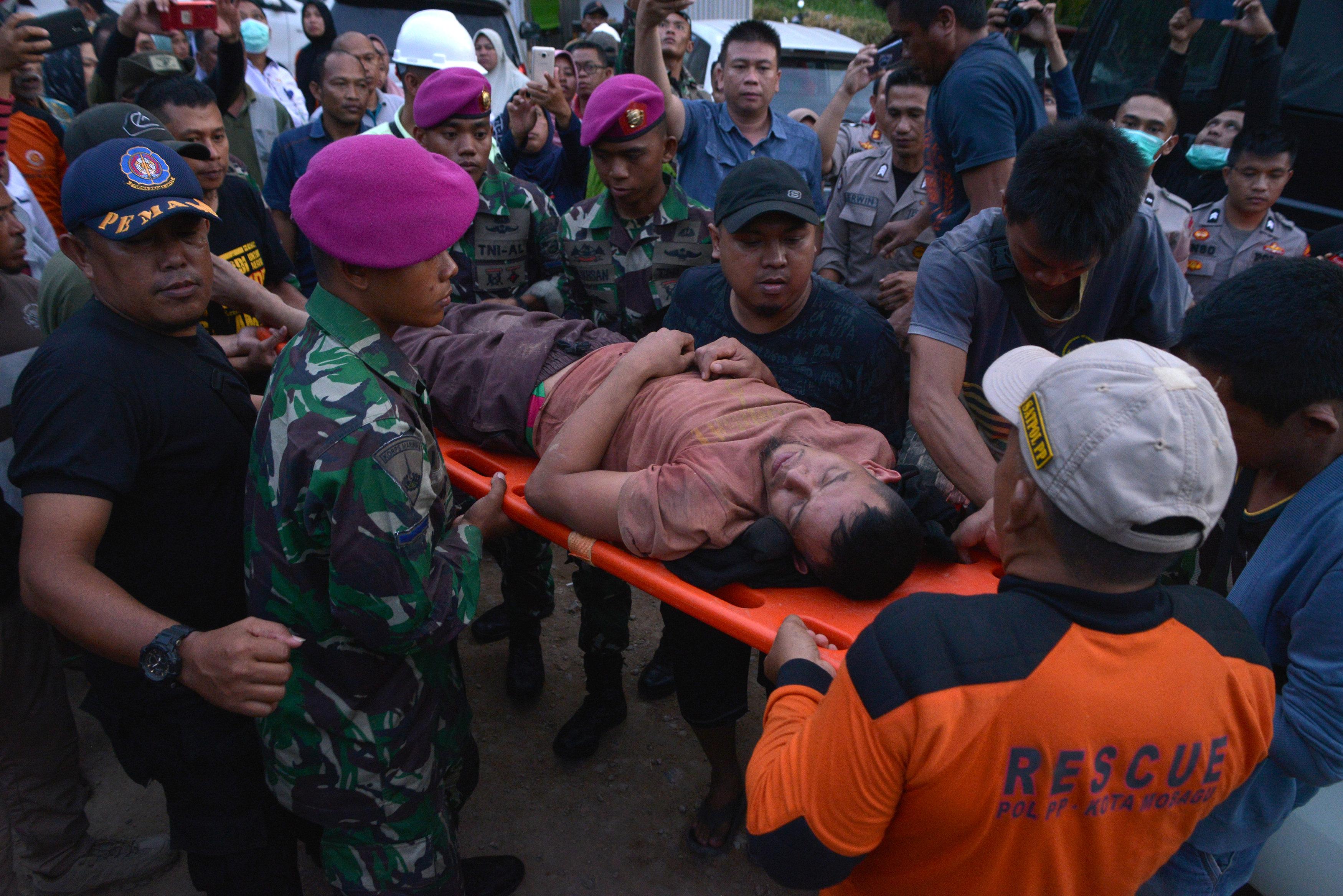استخراج جثث ضحايا انهيار منجم للذهب (4)