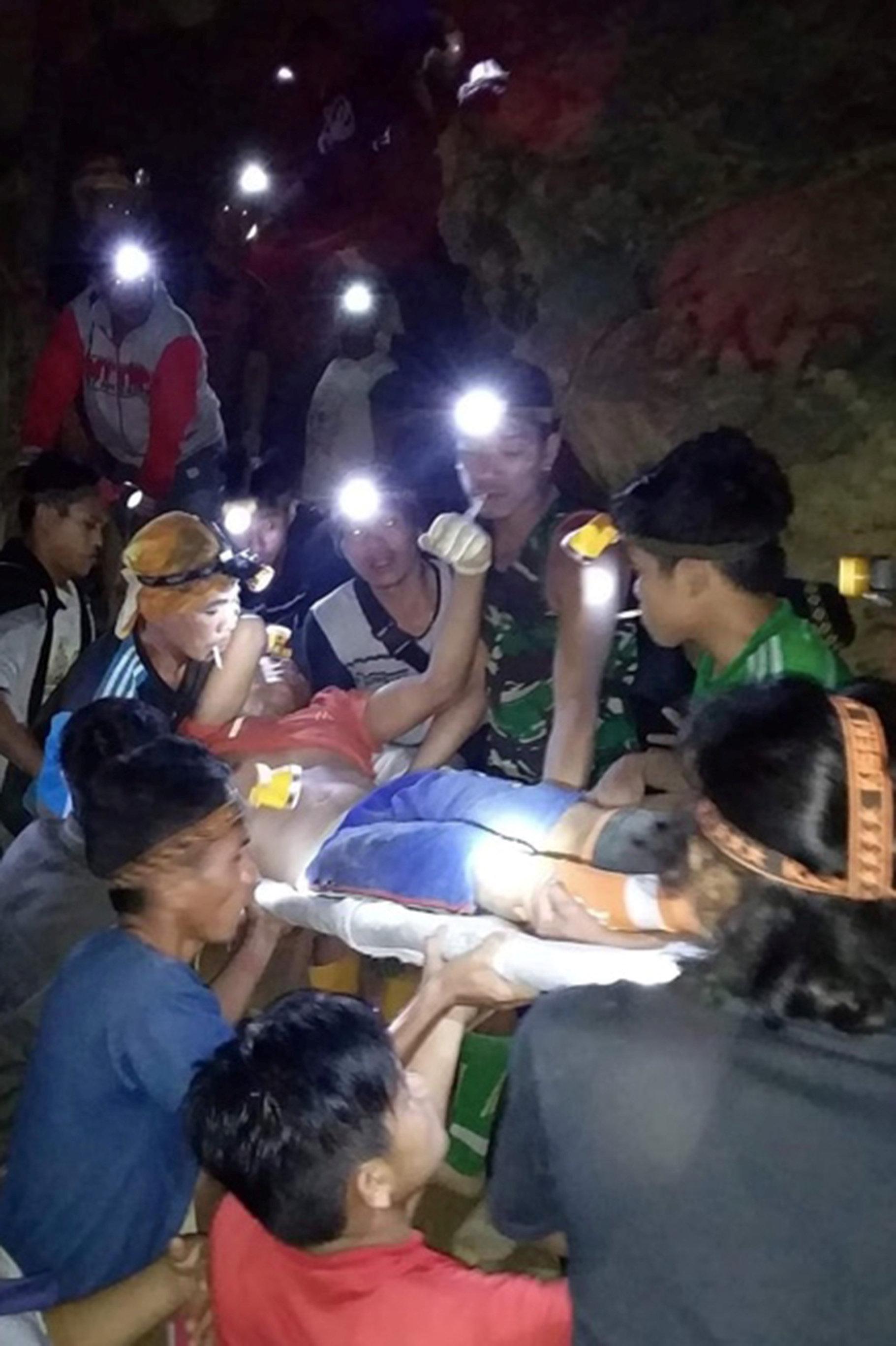 استخراج جثث ضحايا انهيار منجم للذهب (2)