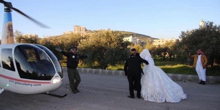 العريس الاردنى يستعد لركوب الطائرة برفقة زوجته