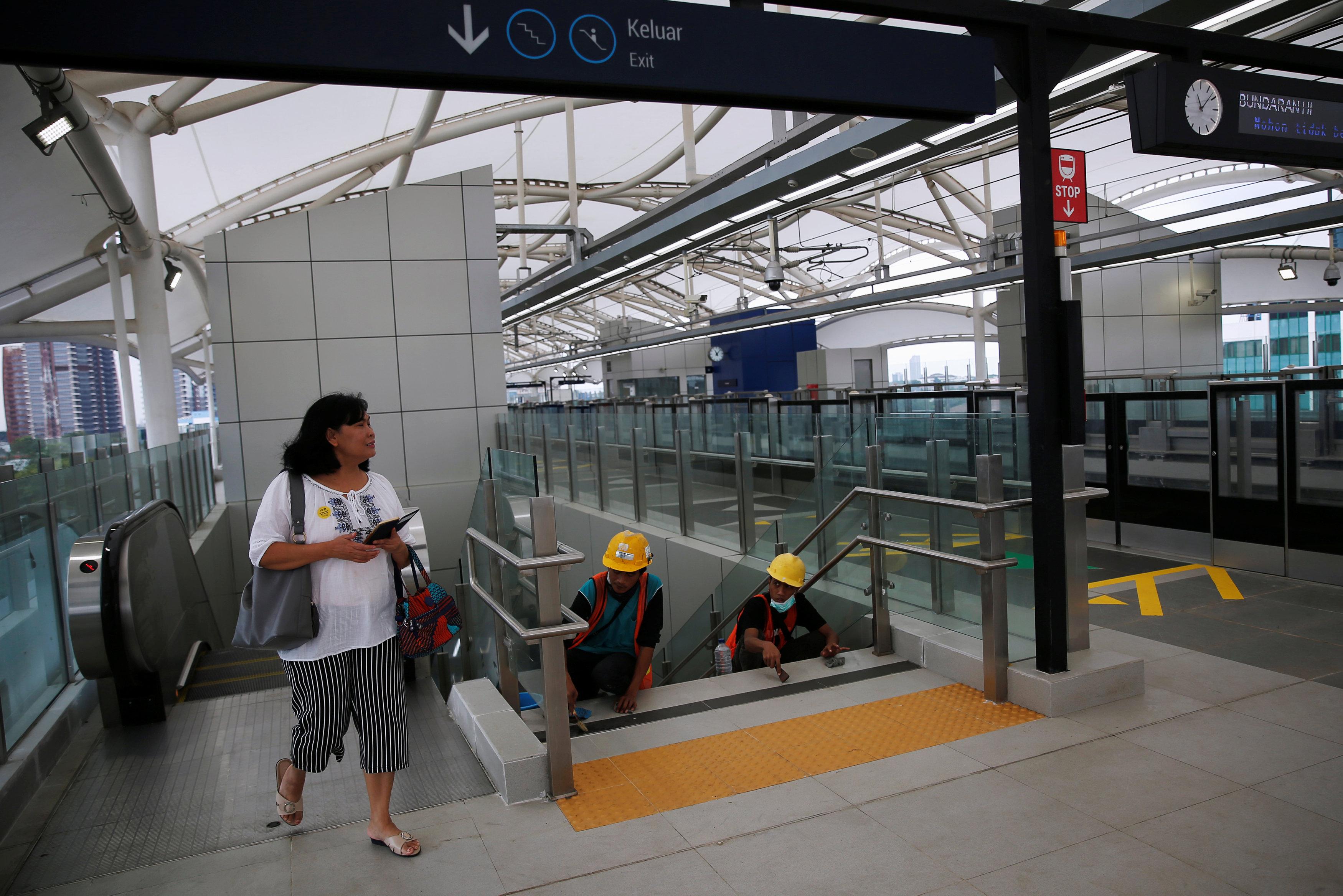 مواطنة تتفقد محطة المترو الجديد