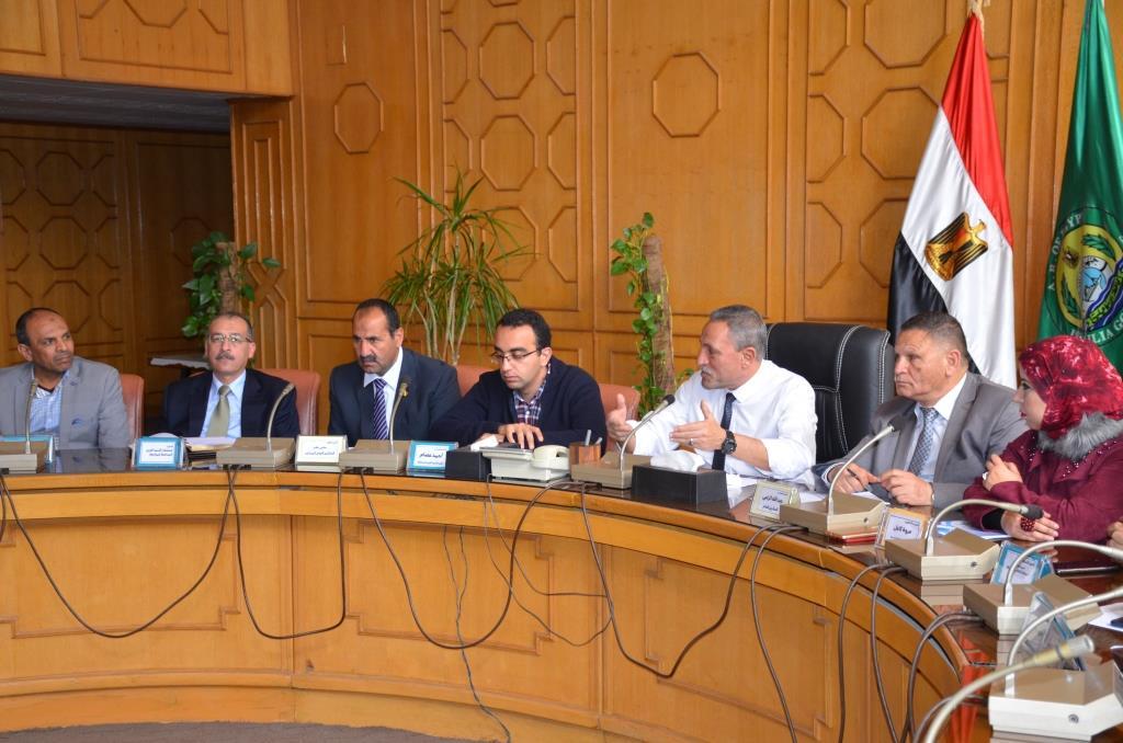 محافظ الإسماعيلية يجتمع بشباب النقابات والجامعات (1)