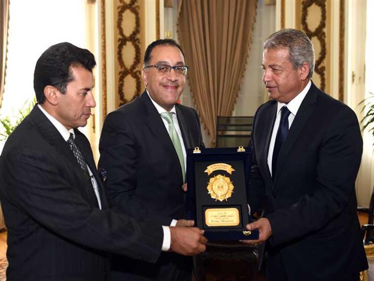 رئيس الوزراء يكرم وزير الرياضة السابق