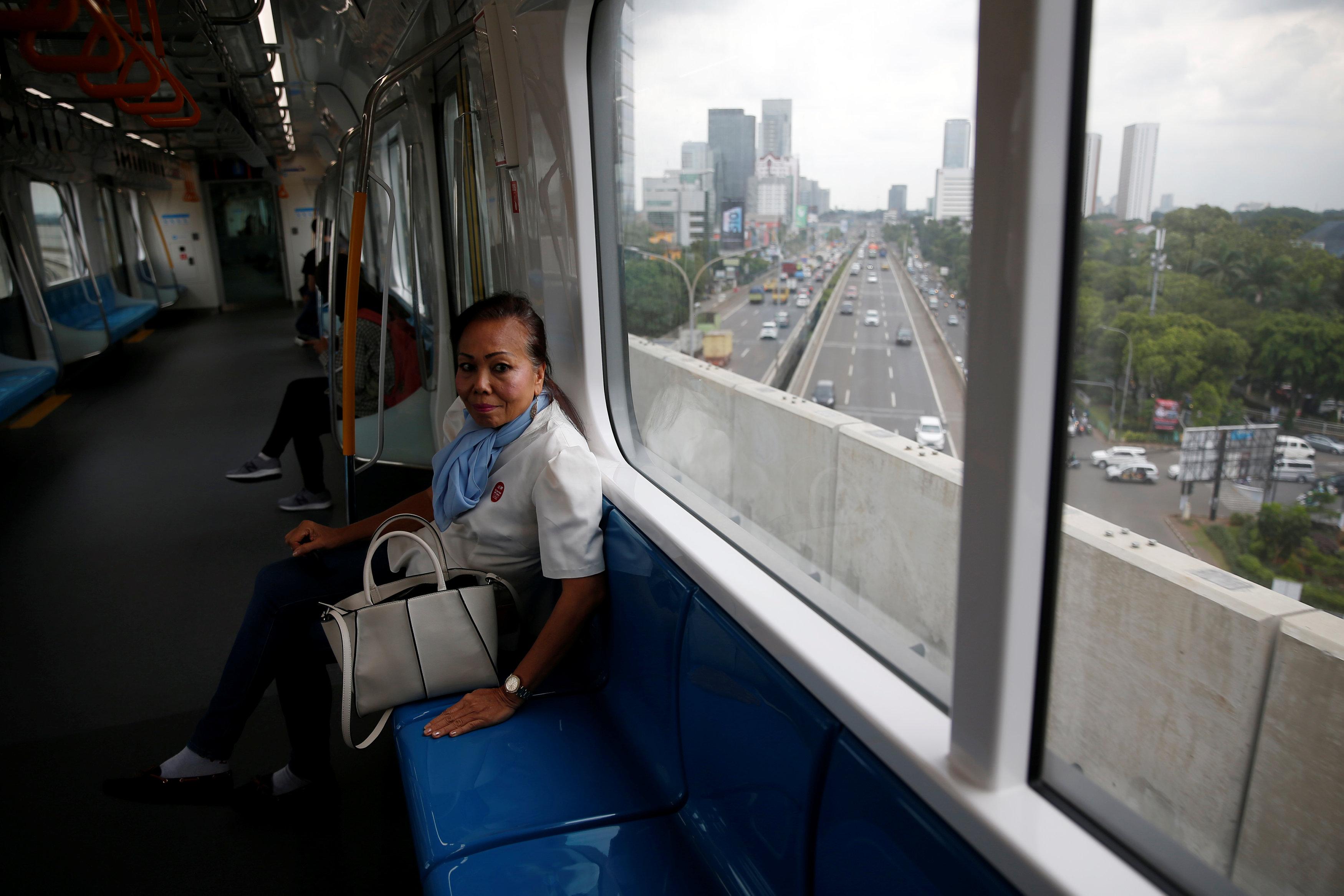 مواطنة تبدو سعيدة بتجربتها مع مترو الأنفاق فى أندونيسيا