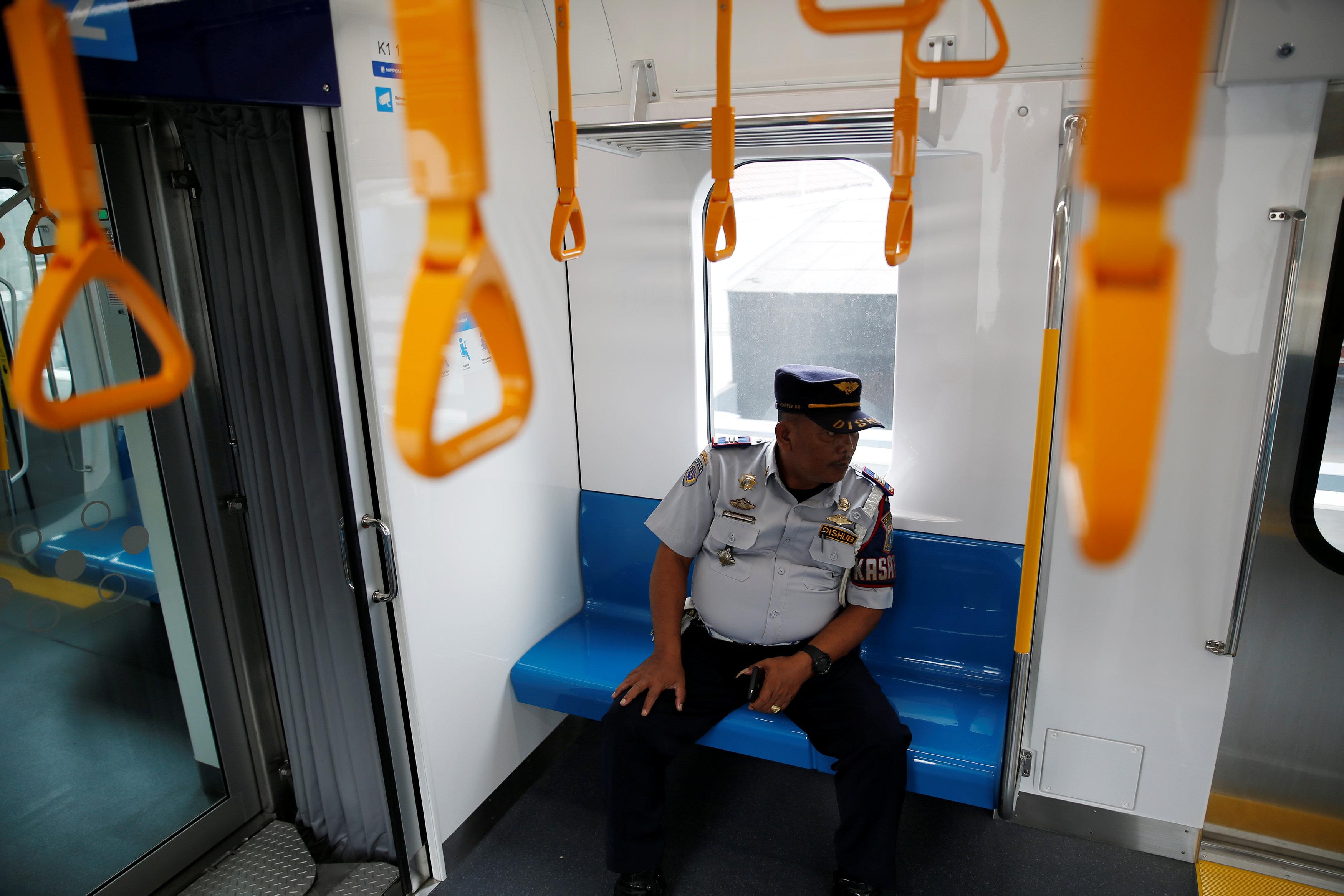 رجل أمن داخل المترو