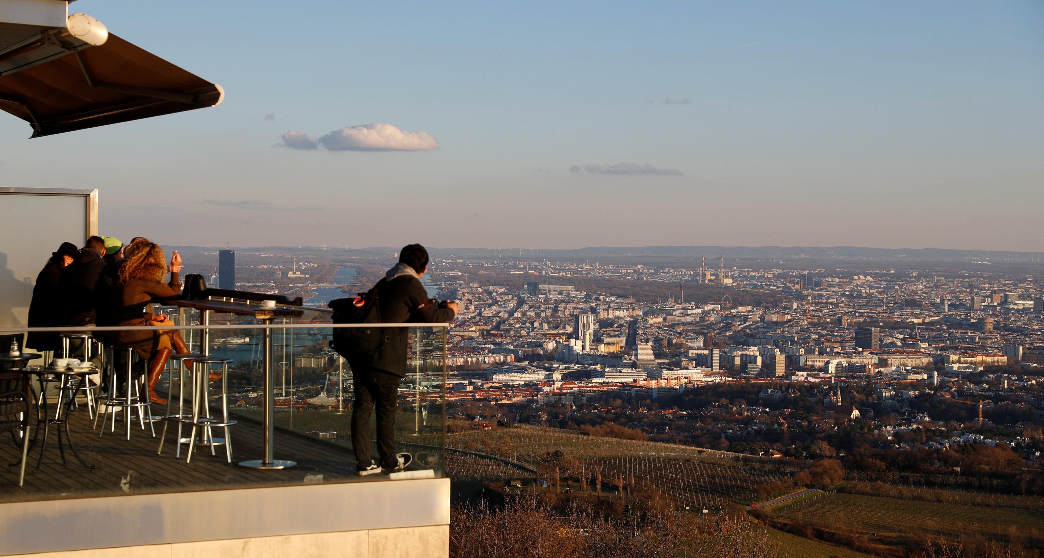 سائحون يستمتعون بالنظر إلى المدينة من فوق الشرفات