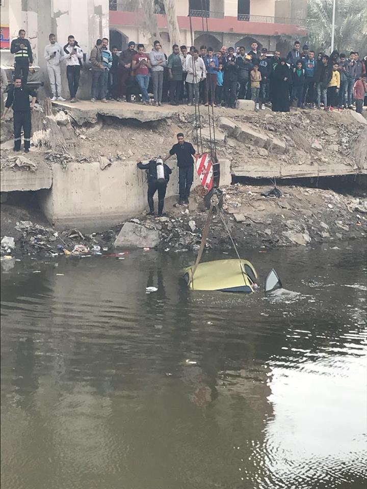 استخراج السيارات من المياه