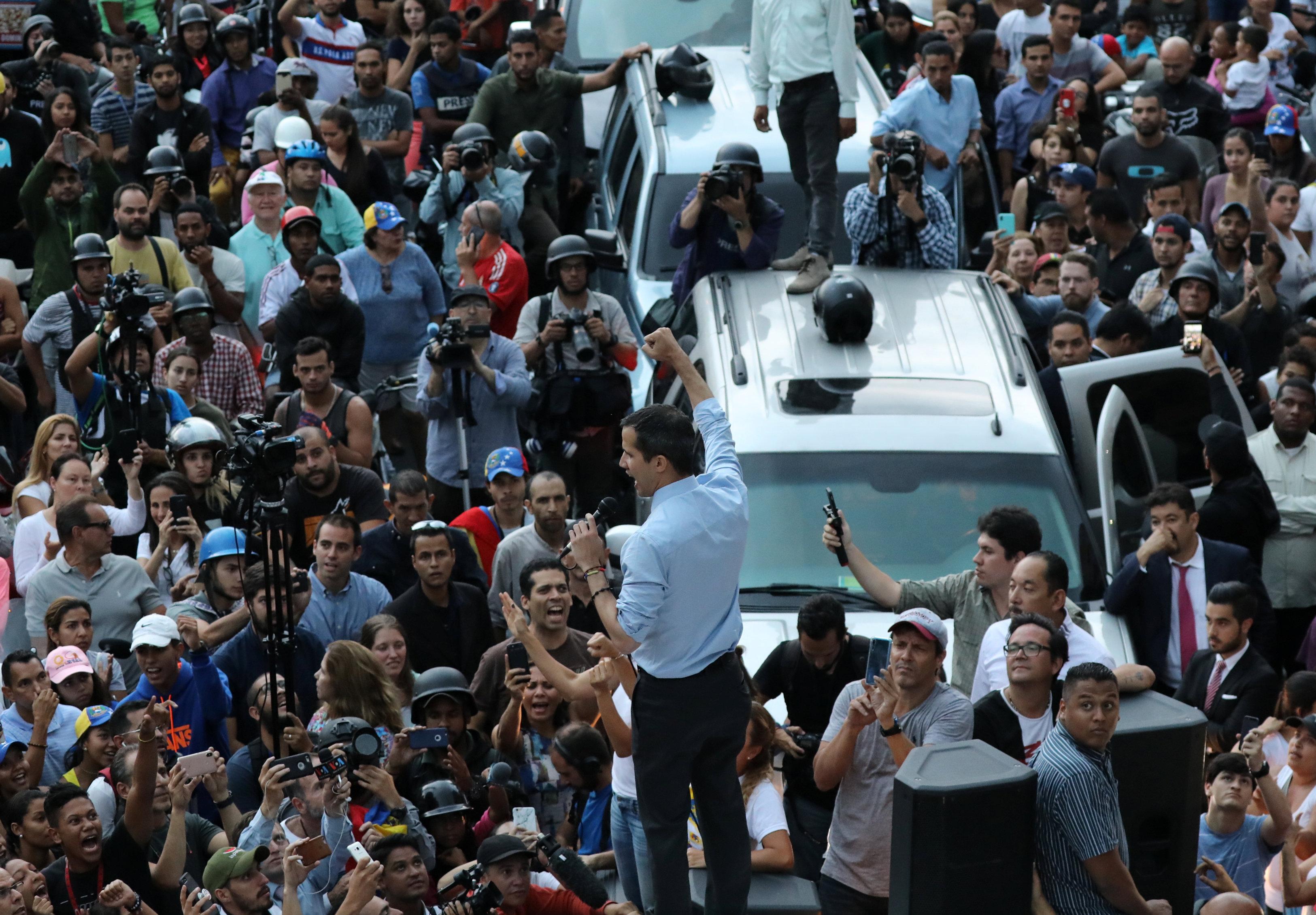 جوايدو يقف أعلى سيارة وسط مؤيديه