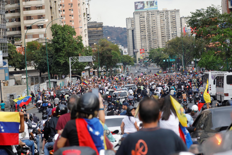 جانب من الحشد المؤيد لزعيم المعارضة الفنزويلية