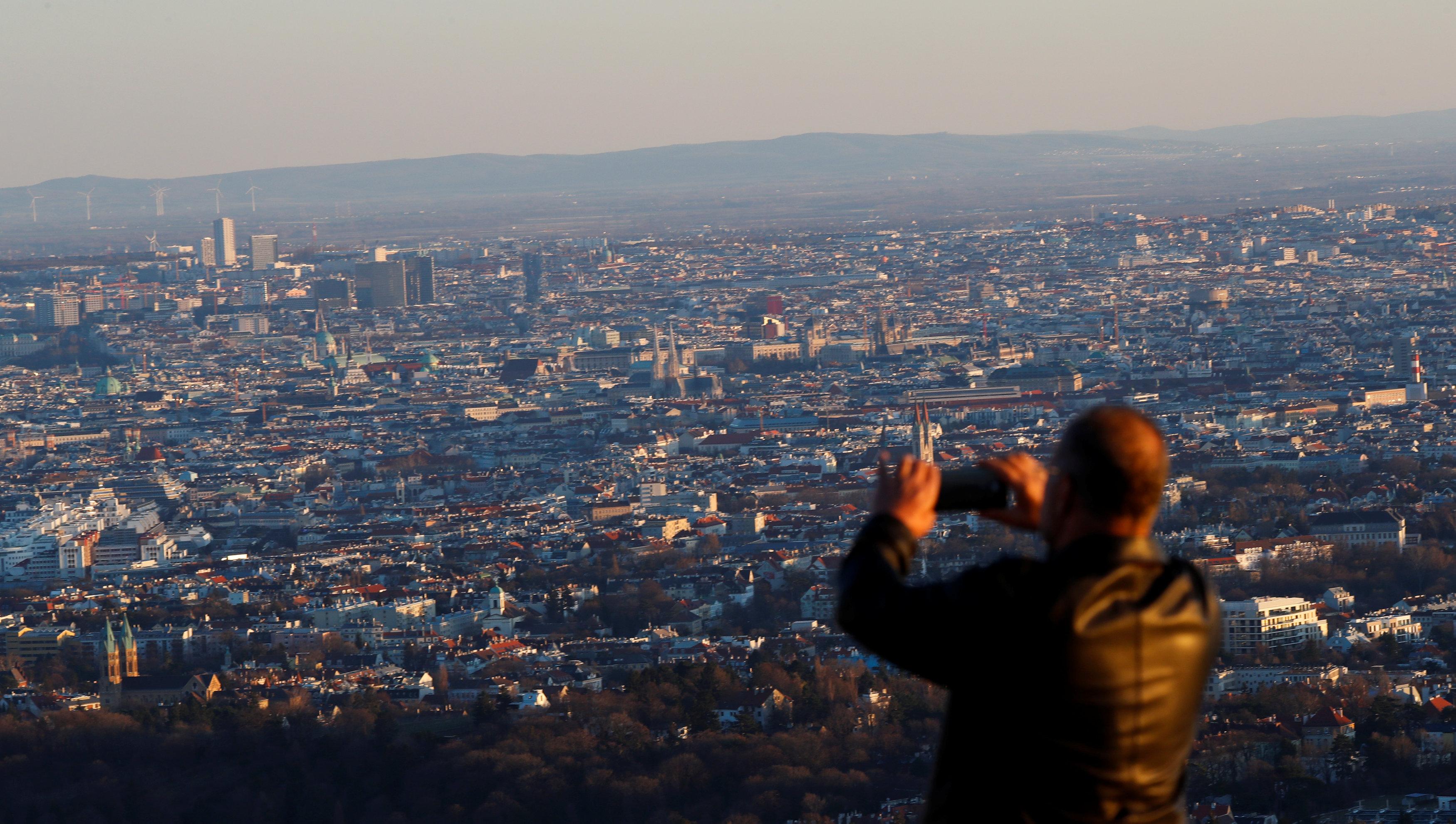 أحد السائحين يلتقط صورة للعاصمة النمساوية