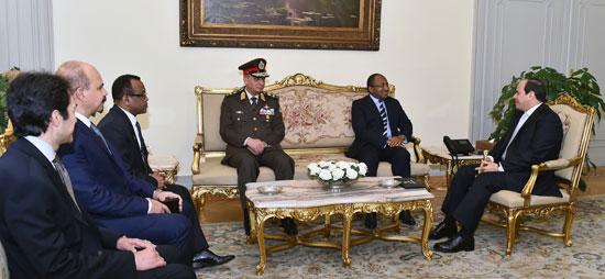 الرئيس عبد الفتاح السيسى وحسين موينى وزير الدفاع والخدمة الوطنية التنزانى (2)