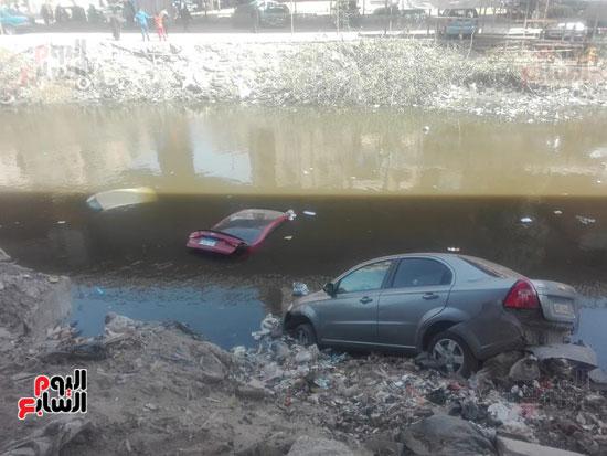 سقوط 3 سيارات ملاكى فى ترعة المريوطية (1)