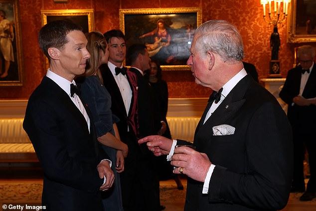 بنديكت كومبيرباتش يستمع لحديث الأمير تشارلز