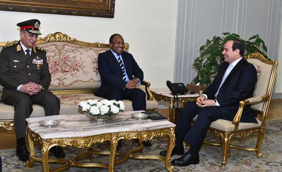 الرئيس عبد الفتاح السيسى وحسين موينى وزير الدفاع والخدمة الوطنية التنزانى (1)