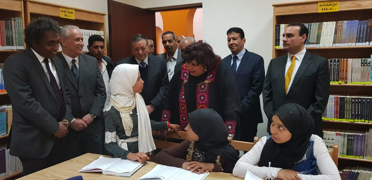 وزيرة الثقافة ومحافظ الأقصر يفتتحان قصر ثقافة حوض الرمال بالمدامود وتشهد عرض غنائي داخله (5)