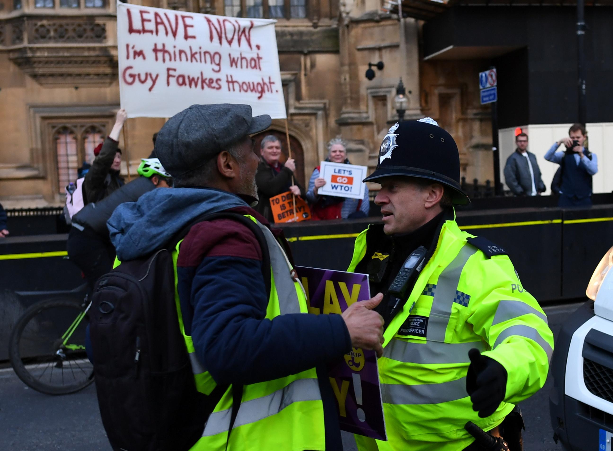 بريطانيون يطالبون بالخروج فورا من الاتحاد الأوروبى خارج البرلمان