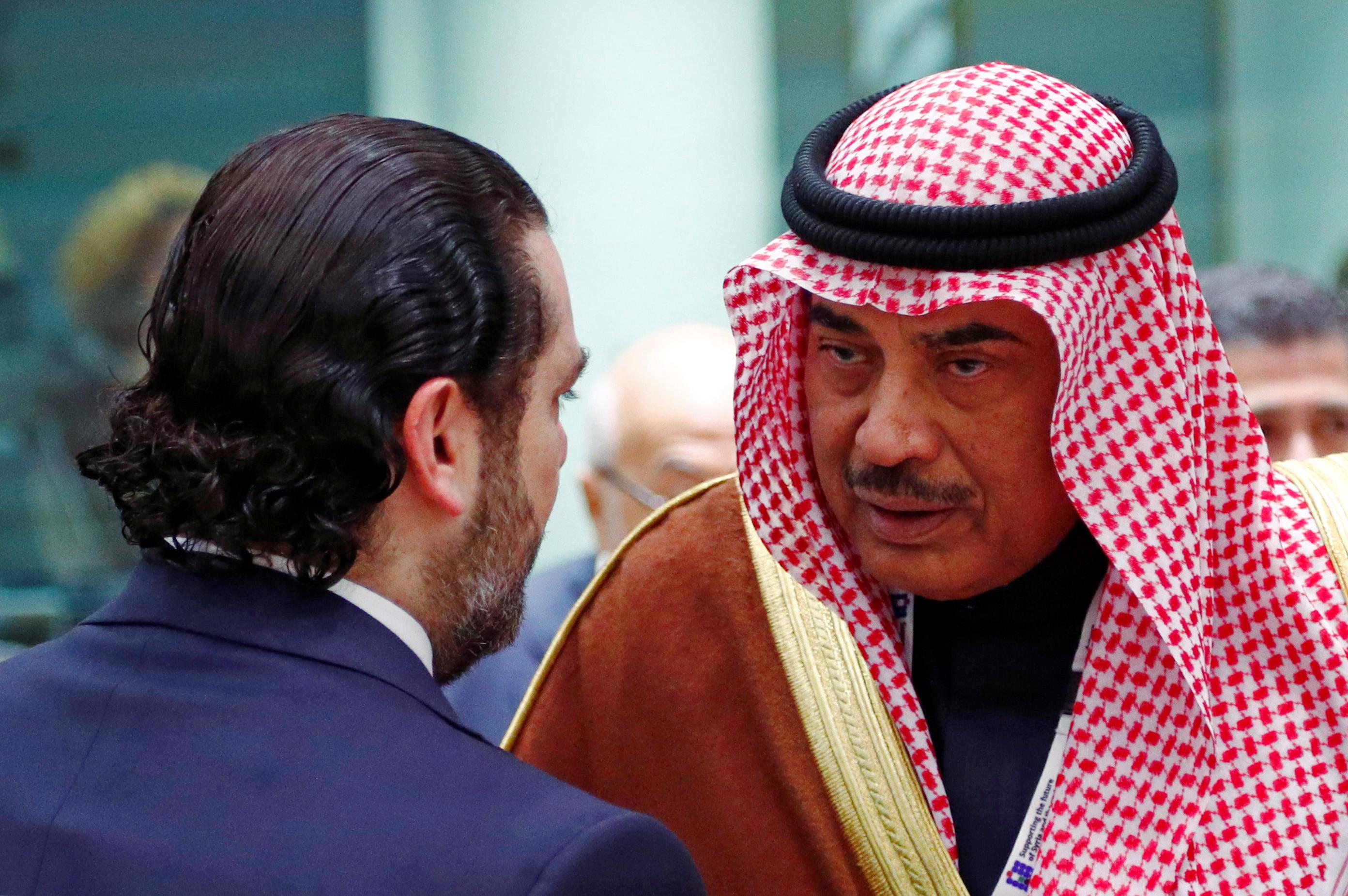 وزير خارجية الكويت يصافح الحريرى