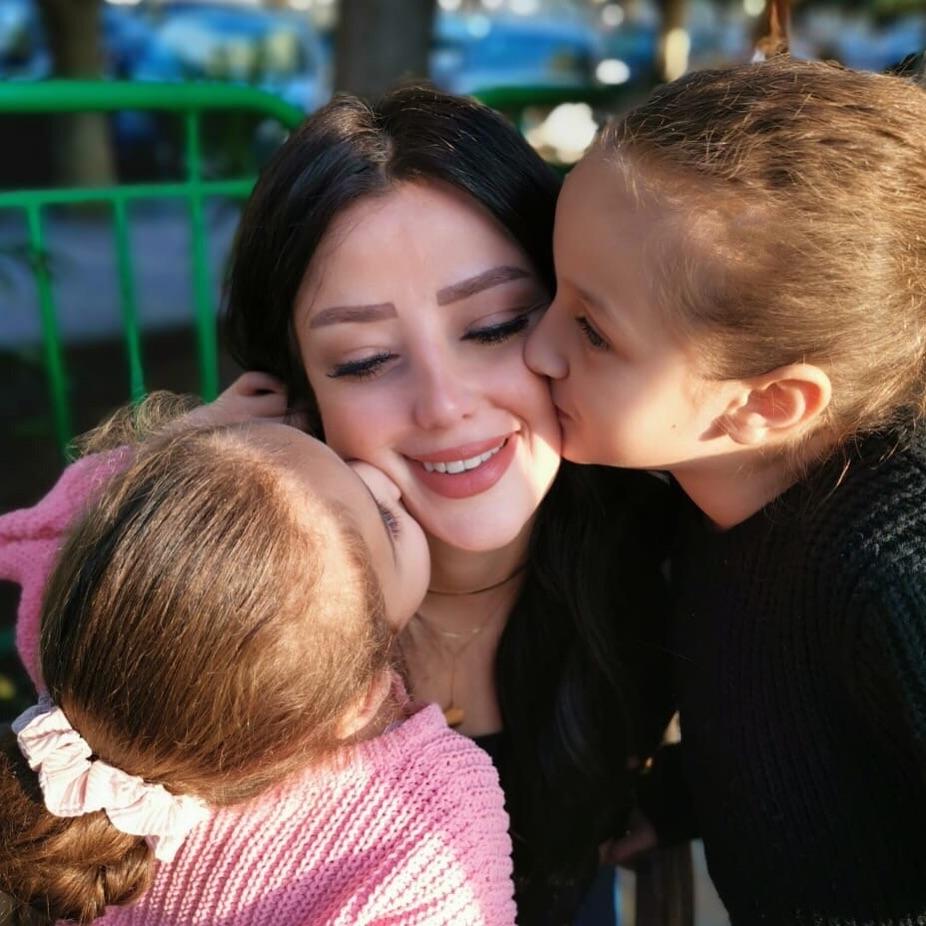 قبلة من الابنتين لأمهما