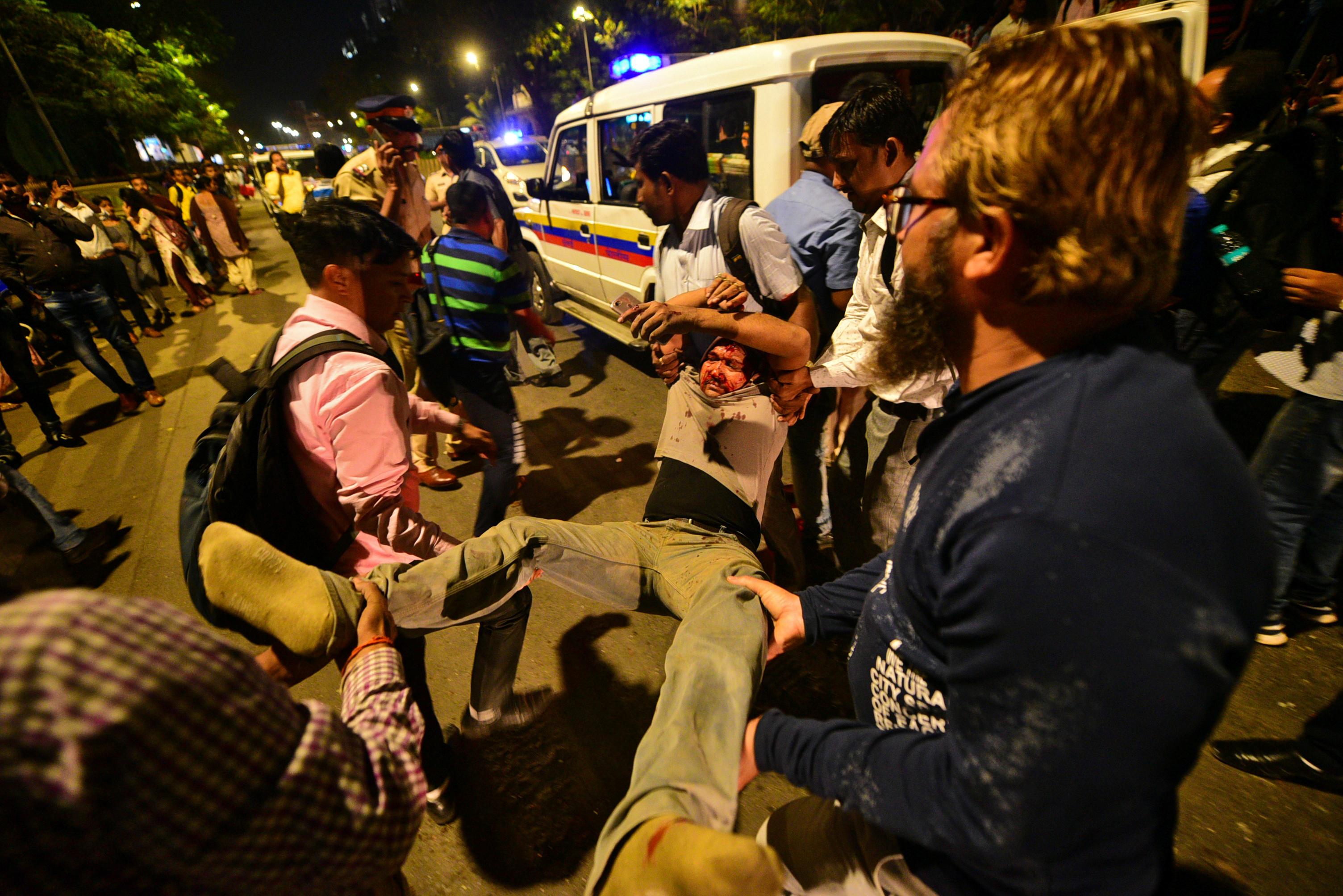 مواطنون يحملون أحد المصابين
