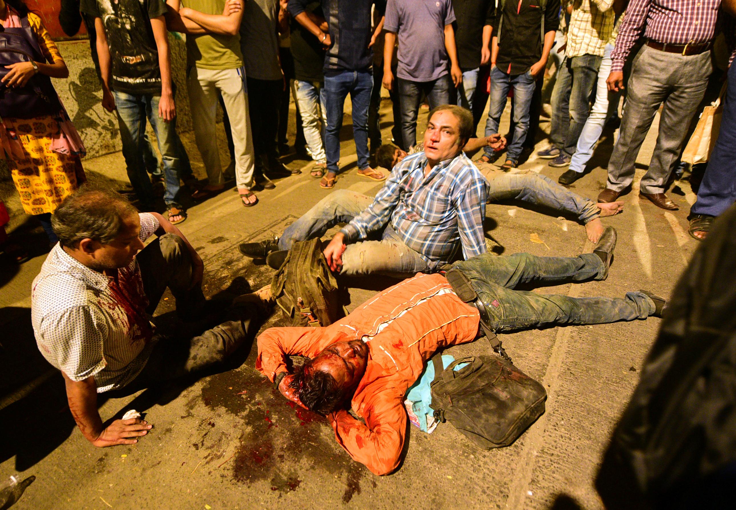 مصابون جراء انهيار جسر للمشاه فى مومباى