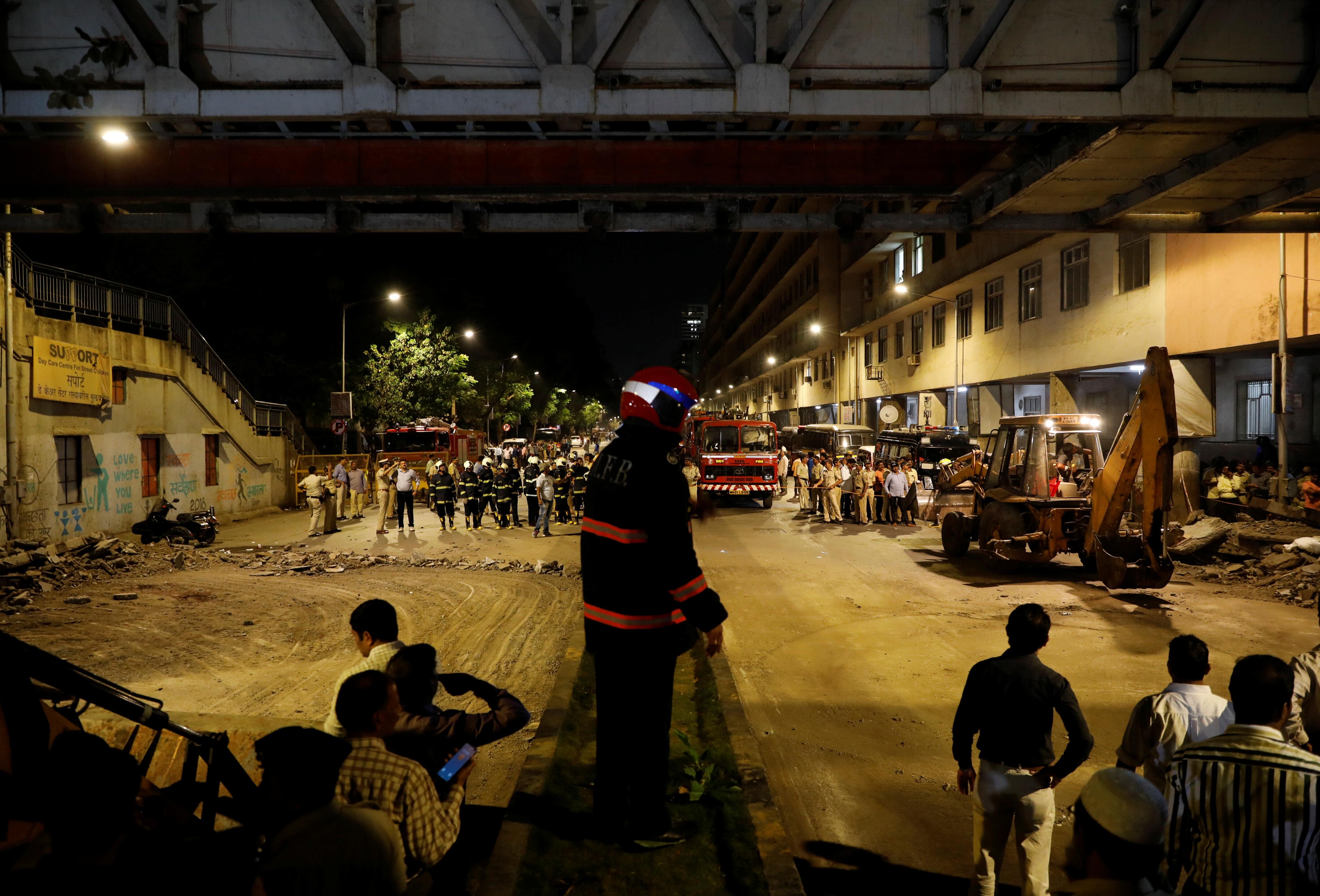 انهيار جسر مشاه أودى بحياة 5 مواطنين بمومباى