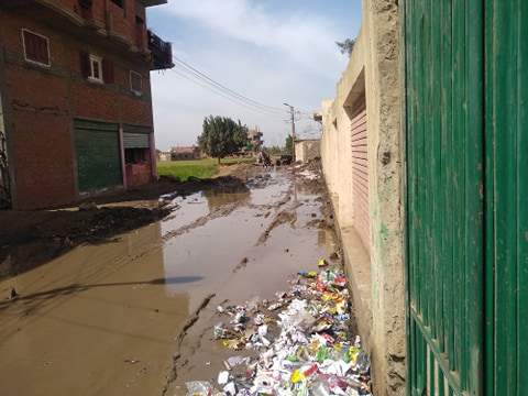 مياه الصرف تغرق مدرسة  (5)