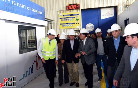 رئيس الوزراء يتفقد عددا من المشروعات بالمنطقة الاقتصادية لقناة السويس (10)
