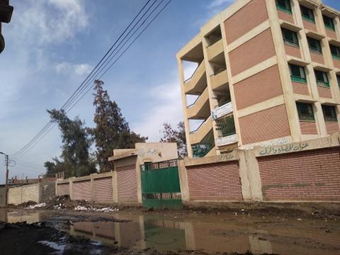 مياه الصرف تغرق مدرسة  (2)