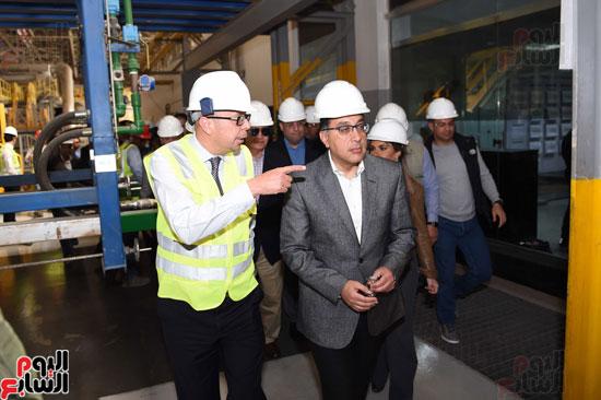 رئيس الوزراء يتفقد عددا من المشروعات بالمنطقة الاقتصادية لقناة السويس (6)