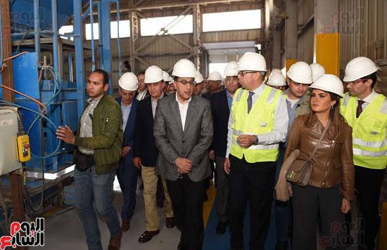 رئيس الوزراء يتفقد عددا من المشروعات بالمنطقة الاقتصادية لقناة السويس (2)