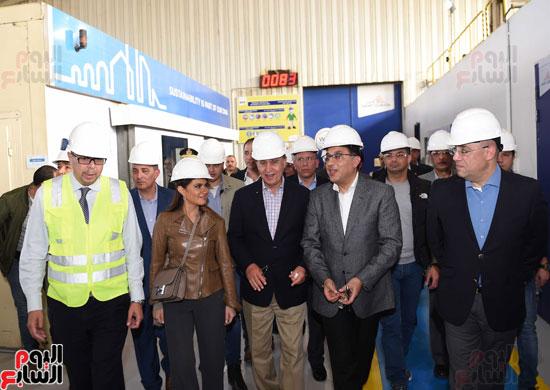 رئيس الوزراء يتفقد عددا من المشروعات بالمنطقة الاقتصادية لقناة السويس (11)