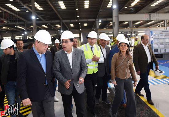 رئيس الوزراء يتفقد عددا من المشروعات بالمنطقة الاقتصادية لقناة السويس (1)