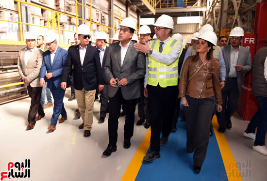 رئيس الوزراء يتفقد عددا من المشروعات بالمنطقة الاقتصادية لقناة السويس (4)
