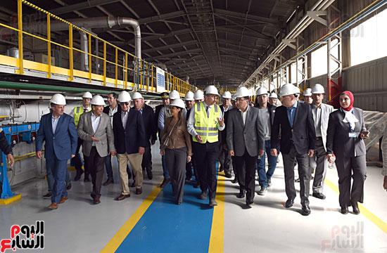 رئيس الوزراء يتفقد عددا من المشروعات بالمنطقة الاقتصادية لقناة السويس (8)