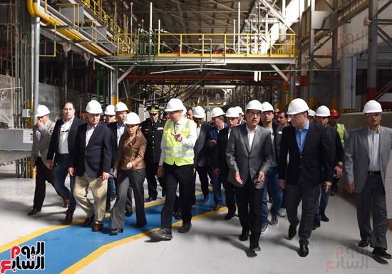 رئيس الوزراء يتفقد عددا من المشروعات بالمنطقة الاقتصادية لقناة السويس (7)