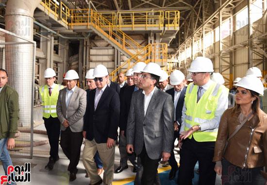 رئيس الوزراء يتفقد عددا من المشروعات بالمنطقة الاقتصادية لقناة السويس (5)