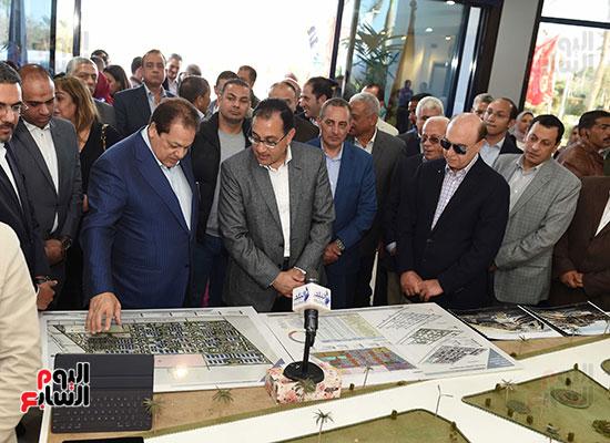 رئيس الوزراء يتابع أعمال المطورين الصناعيين بالمنطقة الاقتصادية لقناة السويس (14)