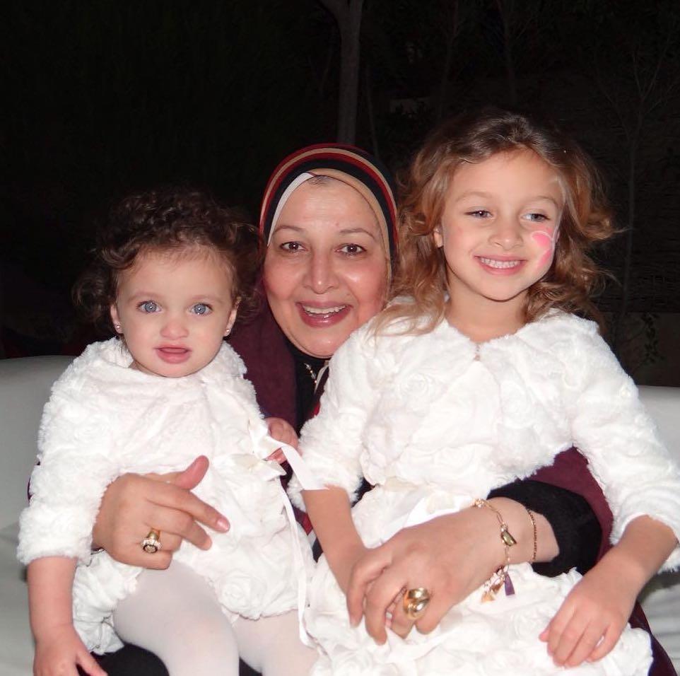 الجدة مع الابنتين