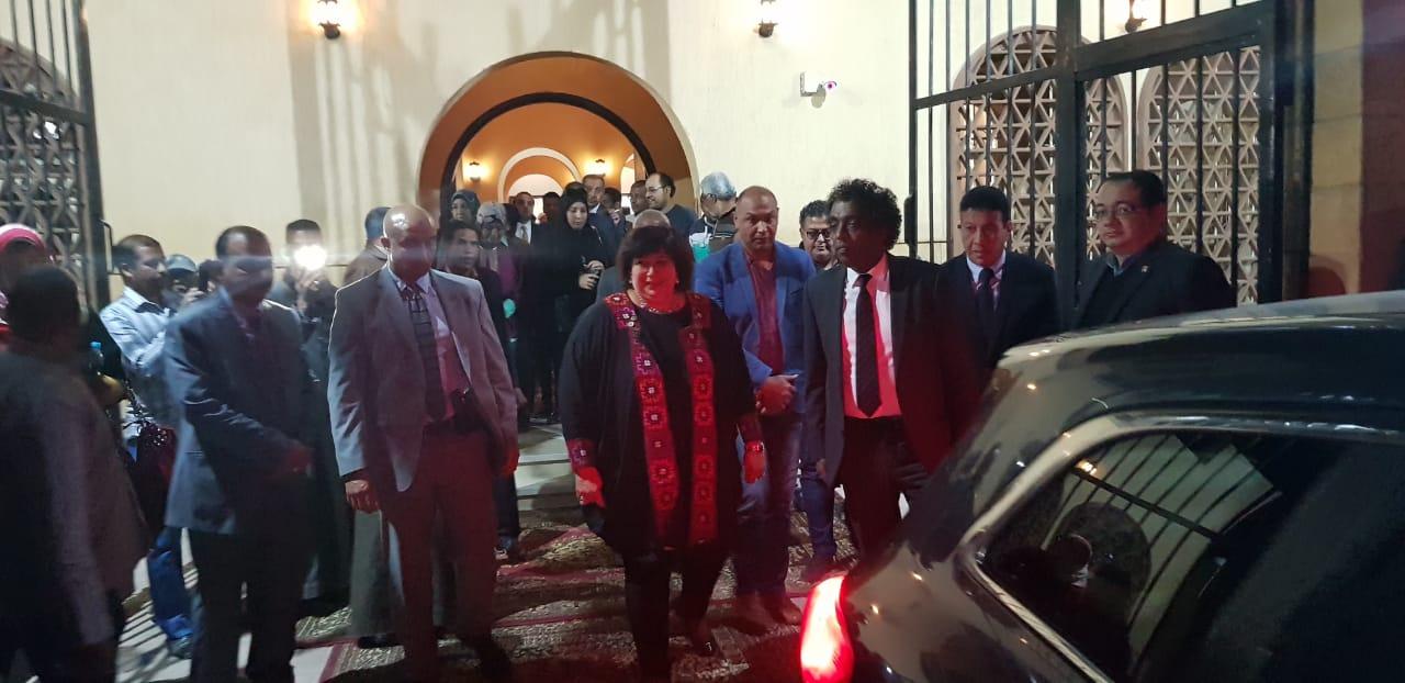 وزيرة الثقافة ومحافظ الأقصر يفتتحان قصر ثقافة حوض الرمال بالمدامود وتشهد عرض غنائي داخله (2)