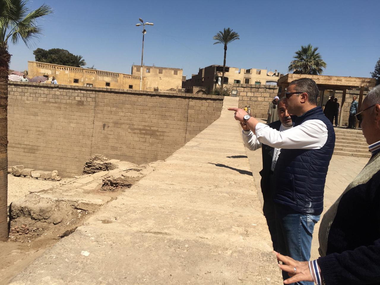 محافظ سوهاج يتفقد أعمال تجميع تمثال رمسيس الثاني بأخميم .. ويوجه برفع الإشغالات (1)