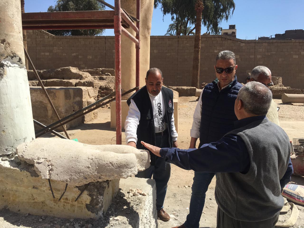 محافظ سوهاج يتفقد أعمال تجميع تمثال رمسيس الثاني بأخميم .. ويوجه برفع الإشغالات (3)