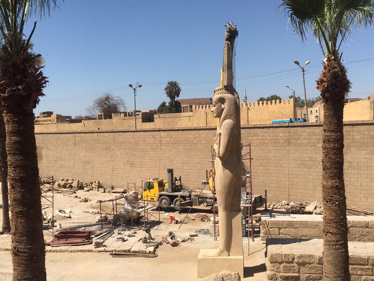 محافظ سوهاج يتفقد أعمال تجميع تمثال رمسيس الثاني بأخميم .. ويوجه برفع الإشغالات (2)
