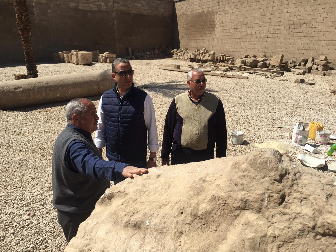 محافظ سوهاج يتفقد أعمال تجميع تمثال رمسيس الثاني بأخميم .. ويوجه برفع الإشغالات (5)