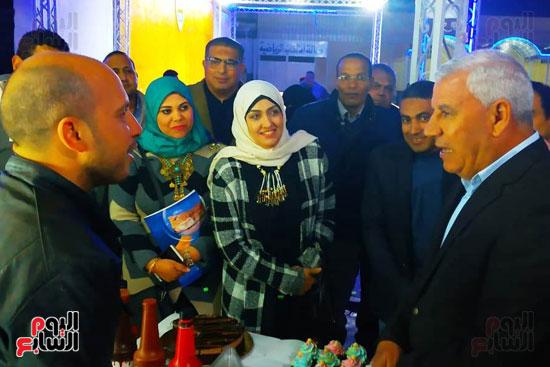 محافظ مطروح يفتتح معرض منتجات المرأة والشباب (1)