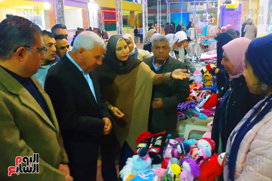محافظ مطروح يفتتح معرض منتجات المرأة والشباب (10)